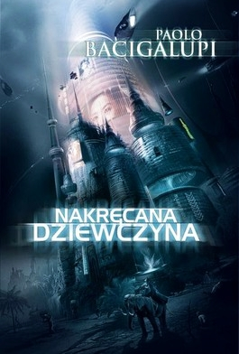 Po 'Złomiarzu', który mnie nie ukrywam zmroził, przestraszył i zachwycił jednocześnie, sięgnąłem po głośniejszą od 'Złomiarza' powieść tego autora – wydaną w 2009 roku i nagrodzoną w 2010 roku nagroda Hugo i Nebulą 'Nakręcaną Dziewczynę'. W Polsce po raz pierwszy książka ukazała się wraz z opowiadaniami w 2011 r. w serii 'Uczta Wyobraźni', w jednym tomie z opowiadaniami m in. głośnym opowiadaniem 'Pompa Numer Sześć', następnie powieść wyszła wydana samodzielnie, już pod własnym tytułem… Nakręcana Dziewczyna broni się doskonale jako mroczne science fiction, pokazując i analizując stojące przed […]