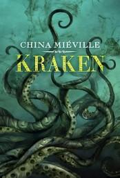 Kraken, stanowiący wielki ukłon w stronę Lovecrafta i Verne'a, każdemu czytelnikowi znającemu kanon i klasykę fantastycznej oraz klasyczną anglosaską literaturę grozy powinien przypaść do gustu. Powieść ta powstała już po arcydziele jakim jest dla mnie Dworzec Perdido, jest od niego książką zdecydowanie mniejszego formatu i rozmachu, więc przy pierwszym czytaniu Krakena byłe nieco zdziwiony krokiem wstecz autora, jak to po pierwszym przeczytaniu oceniłem. Za kolejnymi podejściami bardziej doceniłem tą zwariowaną powieść i ten szalony kultystyczny londyński miszmasz, czerpiący pełnymi garściami z XIX wiecznej, klasycznej anglosaskiej literatury grozy. Jest […]