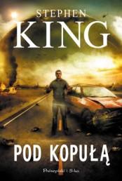 Jedna z bardziej udanych powieści Stephena Kinga powstałych po 1999 roku, który to rok uważam ze smutkiem za zamknięciem wielkiej i obfitej w arcydzieła epoki, nie tylko zresztą w twórczości tego konkretnie autora. Klasyczny okres pisania Kinga zamyka dla mnie Worek Kości z 1999 roku. Wraz z powstałym także pod koniec wieku Sercem Atlantydów podsumowując genialne trzy dekady pisania. Nowy wiek, tak jak i w filmie zresztą, być może na zmiany społeczne dziejące się na świecie, jego atmoferę, przyniósł zmianę w ksiązkach tego autora, którą ze smutkiem odnotowałem. […]