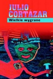 Wczesna, pierwsza powieść z 1960 roku młodziutkeigo autora doskonałym przekładzie Zofii Chądzyńskiej i doskonałym wydaniu Muzy z serii BB z roku 1997. Książka jest wg mnie mocno niedoceniana, nie cieszyła się sława na jaką zasługuje z powodu podjętego tematu i alegorii jakie w niej znajdziemy, a została szybko przyćmiona przez dużo bardziej efektowną i głośną Grą w Klasy. W efekcie powieść znana jest dziś tylko najzagorzalszym wielbicielom geniuszu Julio Cortazara, co wydaje mi się gigantycznym zaniedbaniem. Powieść podobała mi się teraz bardziej, z powodu przesłania socjologicznego i politycznego, […]