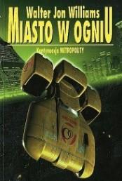 Przyznaję bez bicia, Miasto w Ogniu czytałem teraz po raz pierwszy. To się nazywa poślizg. Książka kupiona zaraz po wydaniu przeleżała sobie na półce dobre kilkanaście lat oczekując na swoją kolejkę. Sequel Metropolity pojawił się już dwa lata po jego wydaniu, w 1997 roku. Polskim czytelnikom i miłośnikom fantastyki naukowej przyszło czekać trochę dłużej, bo MAG wydał Miasto w Ogniu dopiero w 1999 roku. Powieść spotkała się z pozytywnym przyjęciem zarówno czytelników jak i krytyków i recenzentów, zyskując przy okazji nominację do nagród Hugo i Nebuli. Ja uparcie […]