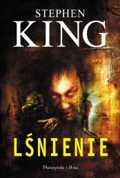 W ramach powrotu do starszych klasycznych powieści Kinga, a właściwie pierwszej częsci tych powieści, napisanych w latach 70, który sobie zaplanowałem na jesień, po genialnym Miasteczku Salem, nie oparłem się nostalgii i po Lśnienie, sięgnąłem wydaniu z początku lat dziewięćdziesiątych, złotej dekady dla fanów horroru, który wtedy zaczęły wychodzić jakby pościły wszelkie tamy a polscy czytelnicy otrzymali w końcu polskie wydania powieści, znanych w tym czasie zachodniemu czytelnikowi od dobrych kilkunastu albo i więcej lat. Po raz kolejny wróciłem do starego wydania Iskier z 1990 roku, do którego […]