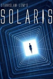 Solaris, wydana po raz pierwszy w to 1961 roku, to mocna, czysta, pełna powietrza i przestrzeni estetyczna a jednocześnie stawiająca ważne pytania proza. Wbrew moim lękom, powieść fantastyczno-naukowa sprzed pół wieku okazała się wciąż doskonale przyswajalna i w żaden sposób tego wieku po niej nie widać. Nawet używany tak chętnie przez autora 'tusz', który kiedyś mnie dziwił jakoś nie razi. Jest tu trochę scenografii, która dziś jest retro, choćby magnetofony szpulowe, starożytne lampowe komputery i ich białe papierowe taśmy perforowane z programami, ale to jest retro rozczulające, nostalgiczne […]